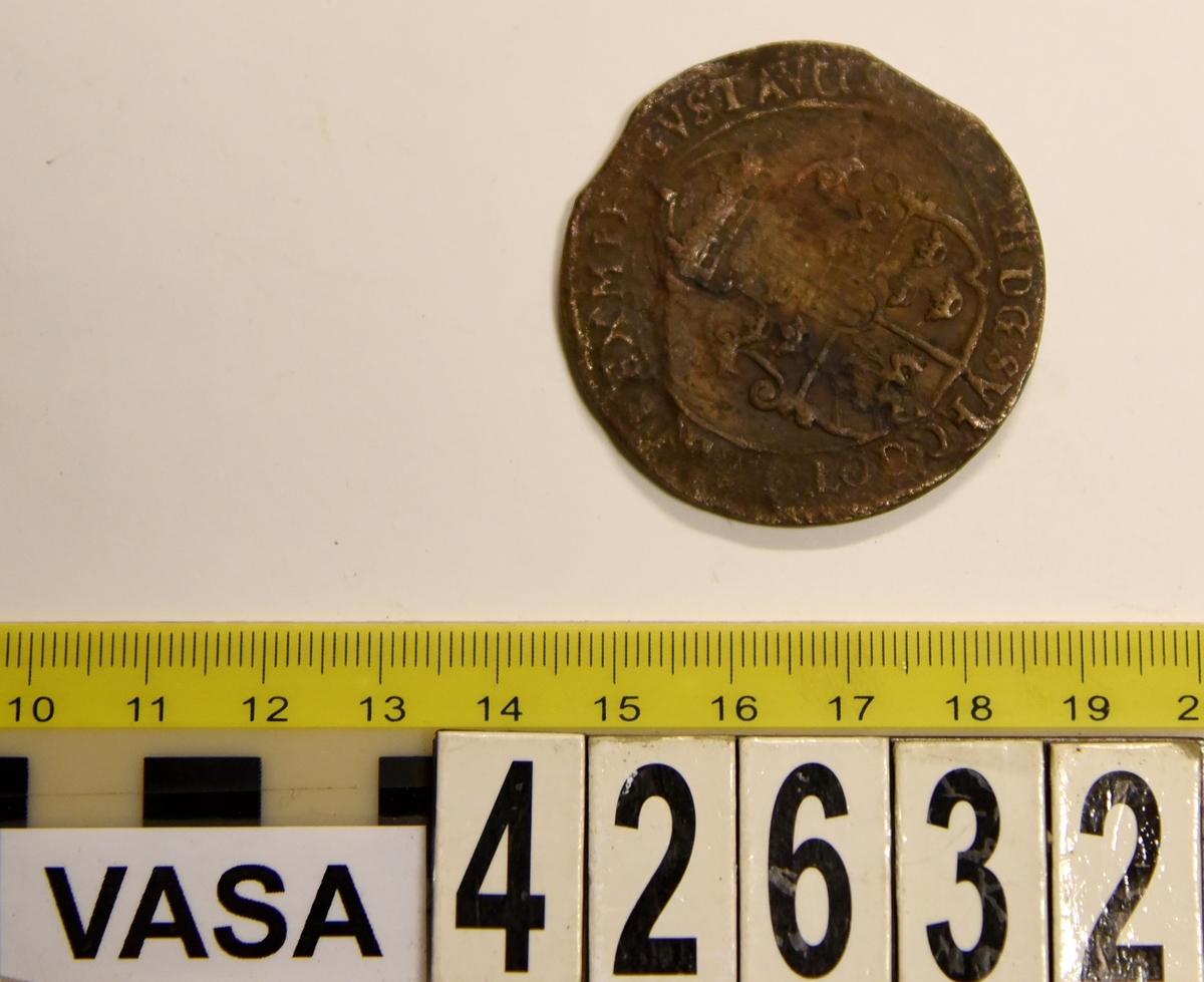 1 öre Runt mynt Åtsidan: mitt på myntet det svenska riksvapnet, svagt synligt. Omskriften med Gustav Adolfs regent titlar, svagt synlig. Ocentrerad prägling. Frånsidan: en grip i vänsterprofil. Till vänster om gripen siffran 1, till höger versalerna ÖR. Omskriften på latin med bland annat präglingsåret i romerska siffror, 1627, är delvis läslig. Ocentrerad prägling. Nuvarande skick: åtsidan sliten. Vikt: 25,6 gram.  Text in English: Round coin. Denomination: 1 öre. The obverse side has the Swedish coat-of-arms in the centre, faintly legible. The legend has the regent titles of Gustav Adolf of which the latter is faintly visible. The coin stamp is off-centre. The reverse shows a griffin in left profile. On the left-hand side is the numeral 1 and to the right the initials ÖR. which appear in capital letters. The legend has a Latin inscription and the year of coinage, 1627, in Roman numerals. The Latin inscription on the legend is partly visible. The coin stamp is off-centre. Present condition: the obverse side is worn. Weight: 25,6 gram.