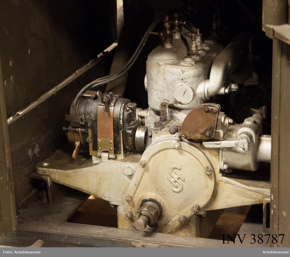 Grupp H II.  Motor i ram. Fyra cylindrar. Medar och järnhjul.  Tillbehör till radiostation 1000 W vari det bl. a. ingår motor, sändare, mod.förstärkare, mikrofonförstärkare, materiellåda med innehåll, antennlåda och generator.