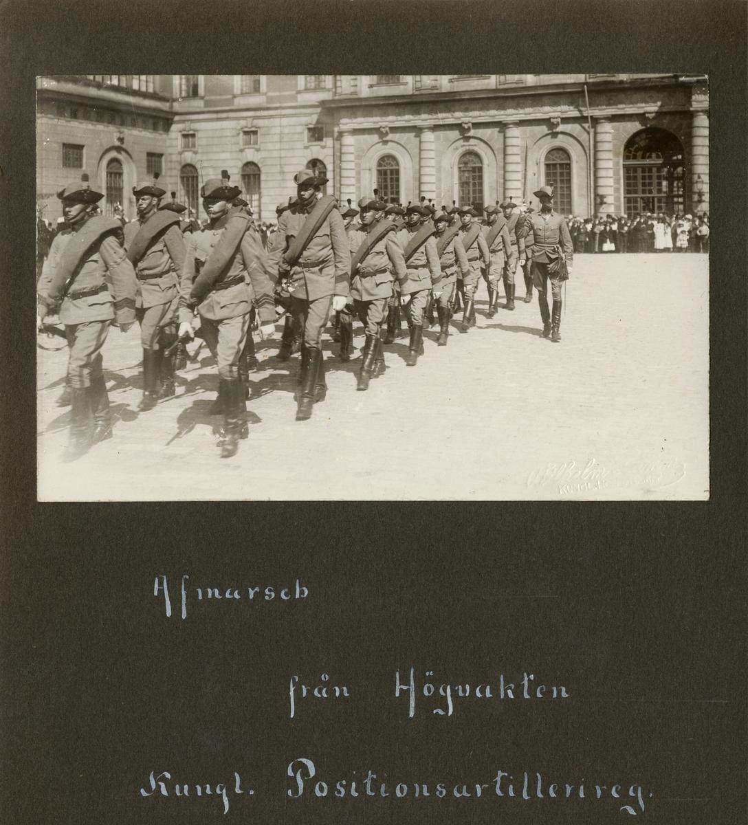 """Text i fotoalbum: """"Afmarsch från Högvakten. Kungl. Positionsartillerireg."""""""