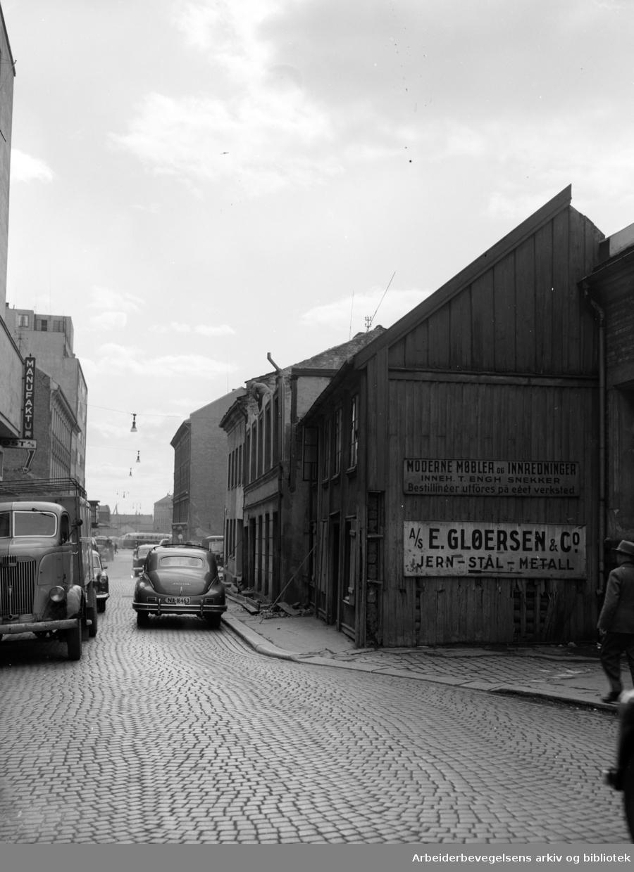 Lakkegata. Nr. 14 og Breigata 6. rives. April 1955