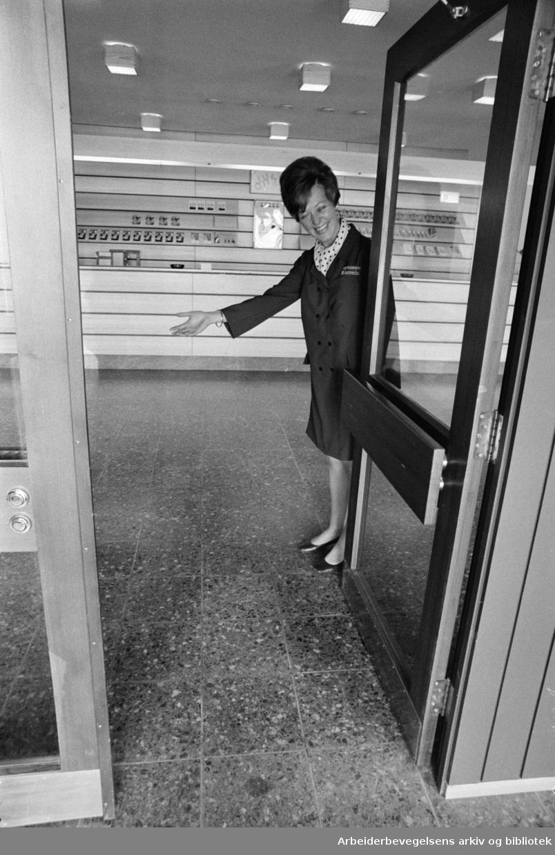 Kringsjå: Sommerhotellet. Meli Søndenaa ønsker velkommen. Mai 1969