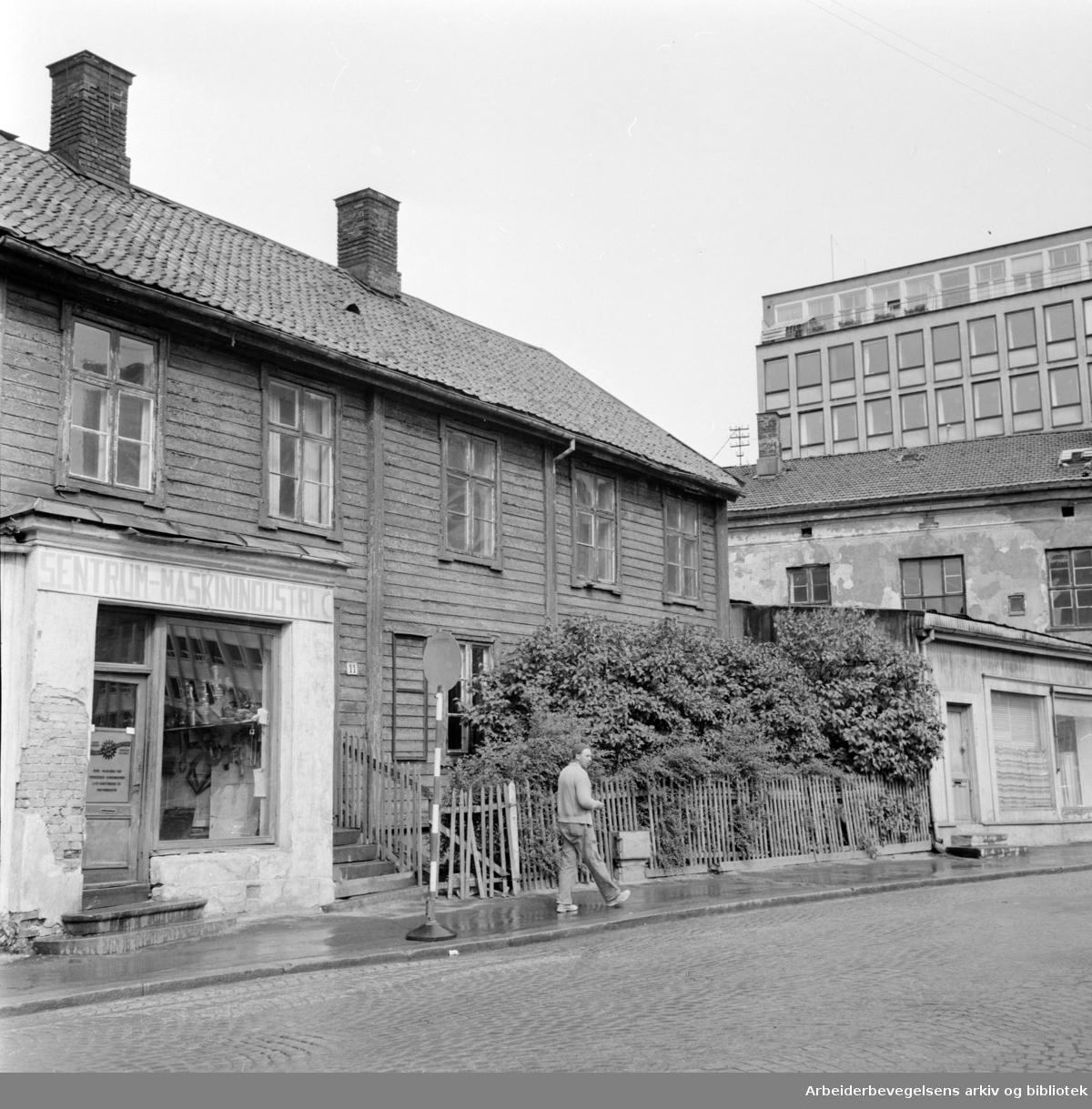 Klingenberggt. 11 og 9 må vike plassen for storbygg..August 1958