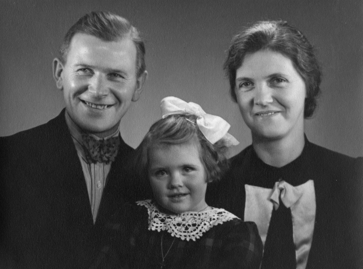 Famileportrett. Mor, far og datter.