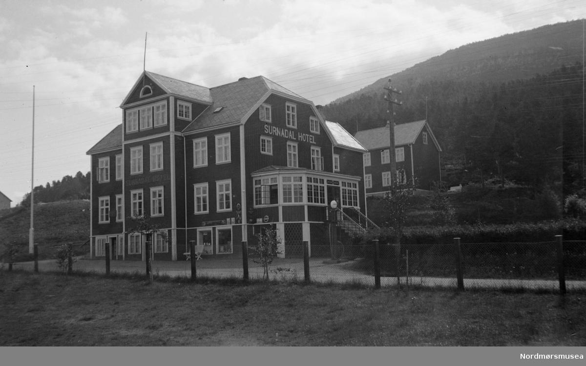 Foto fra Surnadal hotell i Surnadal kommune. Fotograf er trolig Georg Sverdrup. Fra Sverdrupsamlingen ved Nordmøre museums fotosamlinger.