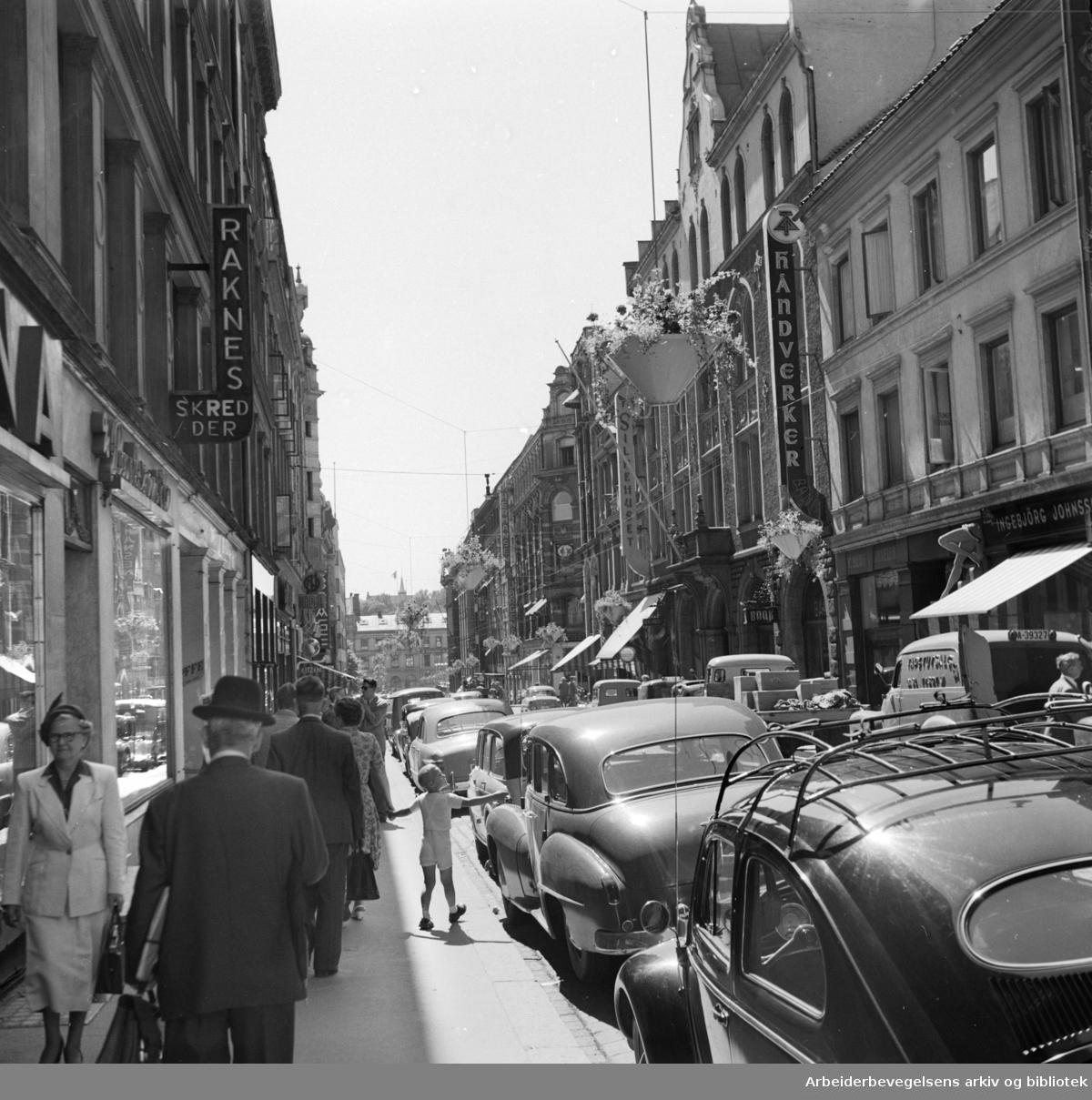 Forskjellige gater i Oslo. Øvre Slottsgate. Juli 1955