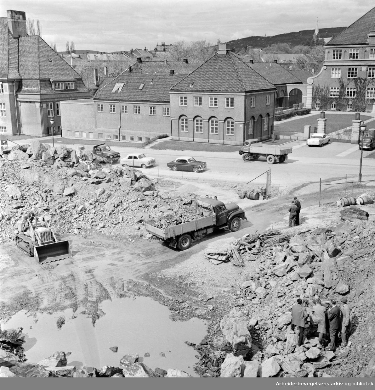 """Garasjeanlegget i General Birchs gt. """"(Idioten)"""". Gravearbeid i gang til garasjeanlegg. Mai 1961"""