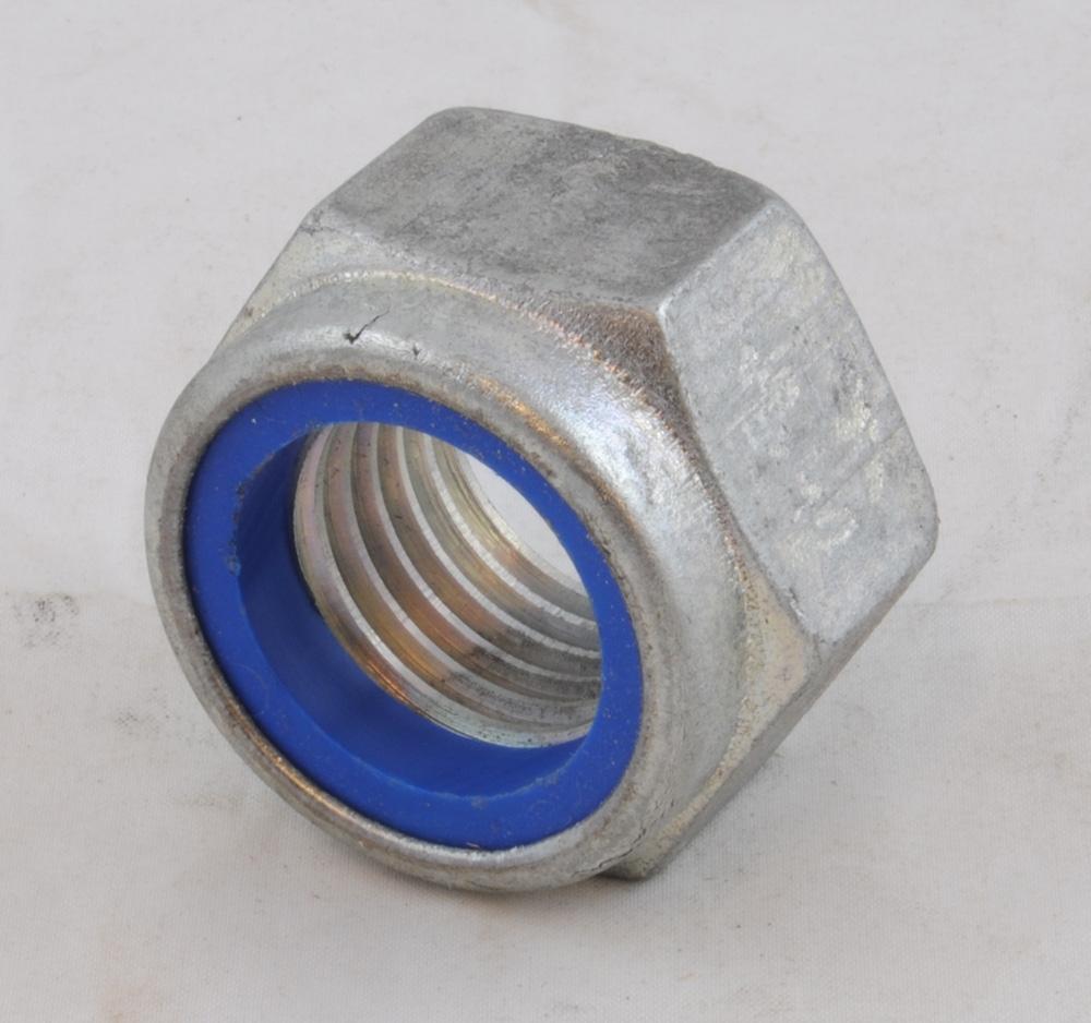 """Mutter, sexkantig, av metall med blå """"Nyloc"""" ring av nylon nedanför gängorna för låsning av muttern. På ovansidan av muttern står det """"LE"""" och """"181"""". Muttern ingår i en byggsats för nödisolerskarv.  Historik: Definitionen av isolerskarv är """"Rälsskarv med ett tunt ändmellanlägg av elektriskt isolerande material i plast Isolerskarvar hindrar strömmen att gå från ena rälsänden till den andra. Isolerskarvar används för att avgränsa spårledningens utsträckning, isolera räler genom växlar och där I- och S- rälen byter plats.""""   Nödisolerskarv-byggsatsen är till för 60E1 (UIC 60) räler. Nödisolerskarv-byggsatsen ingick inte i Banverkets standardsortiment 2007 utan användes som reservdelar under speciella förutsättningar, t.ex. vid kall väderlek då svetsning inte kan göras. Fördelarna är att de är snabba att installera och att varken kemikalier eller svetsning behövs. En komplett Exel-nödisolerskarv byggsats består av 2 stycken skarvstycken, 2 st ändmellanlägg, 4+2 stycken bultar, 8+4 stycken muttrar, 4 stycken underläggsplåtar och 2+2 stycken skumremsor. Byggsatsen ligger i en transportabel låda med bärhandtag på kortsidorna och väger sammanlagt cirka 20 kg.   Byggsatsen har Banverkets artikelnummer 8681650.  Källa:  BVS 522.20, giltig från 2007-06-11, """"Isolerskarvar, sortiment och användning i spåret"""". Tillverkarens hemsida, www.exel.net.  Modell/Fabrikat/typ: UIC 60"""
