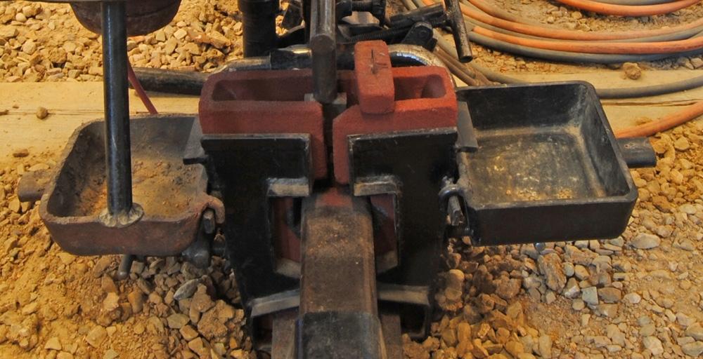 Utrustning för Thermitsvetsning från 1960-talet. Form av röd porös lera. Användes i par. Utanpå formen satt två stycken formhållarplåtar som klämdes fast mot rälen med två armar från brännar- och degelhållaren.