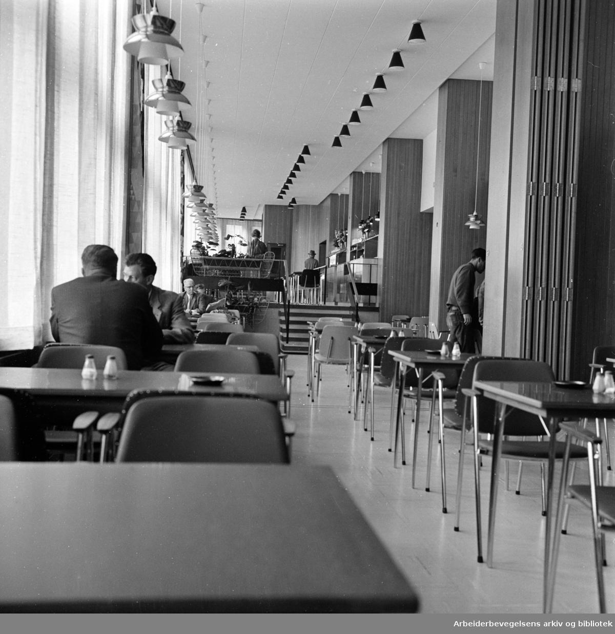 Folkets Hus. Kafeteria, 200 plasser, 30 ansatte. August 1962