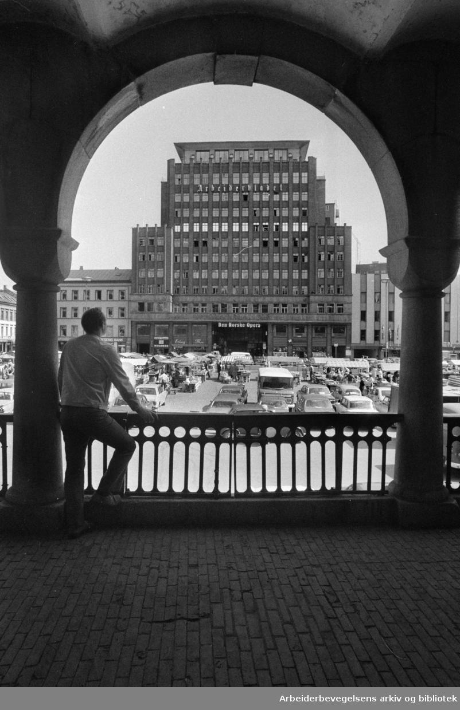 Folketeaterbygningen sett fra basarene. Juni 1975