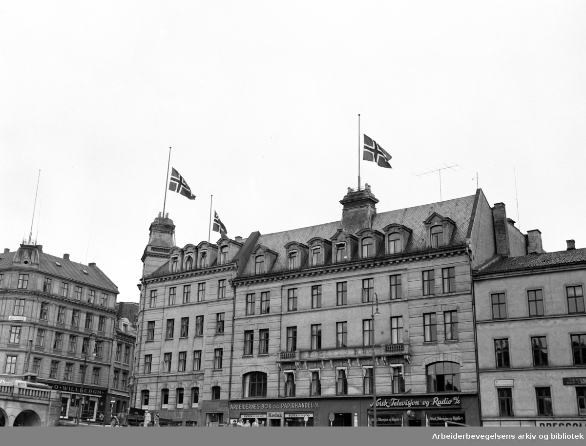 Folkets Hus (Møllergaten 18, Youngsgaten 11. - 13. før ombyggingen). Folkets Hus flagger på halv stang for Jørgen Knudsen. September 1954