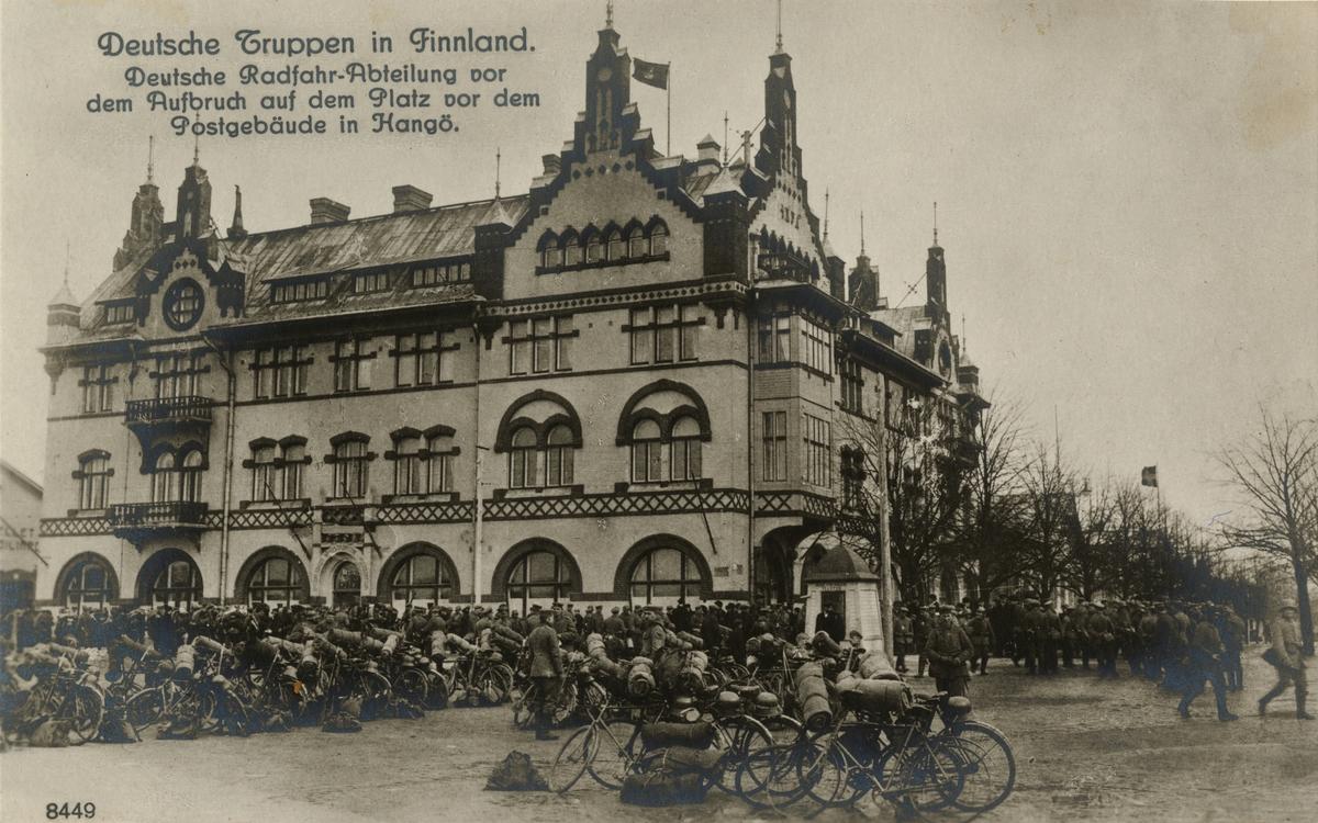 """Text i fotoalbum: """"Tyska trupper i Finland. Tysk cykelavdelning före avgång på torget framför postkontorsbyggnaden i Hangö""""."""