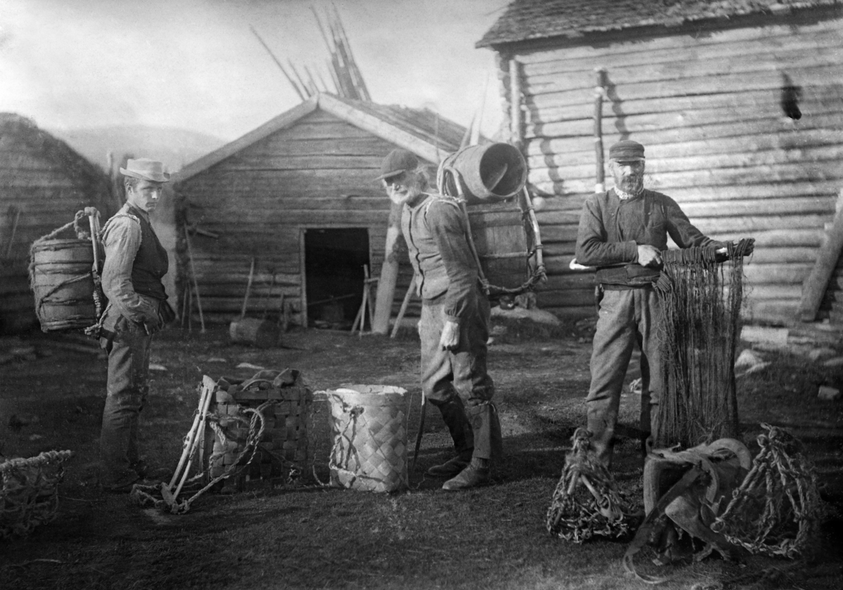 Om dette motivet er skrevet følgende tekst på en konvolutt i museets fotoarkiv: «Seming Sørjoten, Galten, hans sønn og en gammel mann fra Engerdal på vei til fiske i Sølensjøen med garn, fiskebutter osv. 16. 9. 1897. » I det nevnte året var det to personer i Engerdal som kalte seg Semming Semmingsen Sørjoten, og de var far og sønn.  Den eldste av dem var født i 1837, og var følgelig om lag 60 år gammel da dette fotografiet ble tatt.  Sønnen, med samme navn, var født i 1869, og følgelig 28 år gammel.  Det er rimelig å anta at den eldste Semming Semmingsen må være mannen til høyre, som holder et fiskegarn, der han står bak en kløvsal med vidjegrinder.  Den unge mannen til høyre, med en bakmeis med en kvartil på ryggen, er antakelig en av de tre sønnene hans, Semming, Hågen eller Ola.  Den eldre mannen i midten, som har en meis på ryggen med to tomme fisketønner, må være den ikke navngitte, eldre engerdølen.  På bakken mellom ham og den unge mannen fra Sørjota sto det to flettete bæremeiser (tilsynelatende av spon) og en bæremeis (ramme til å feste det som skulle bæres i, og skulderreimer til å bære i).  Karene befinner seg inne i et gardstun omgitt av laftete bygninger, blant annet en låve (til høyre).  Den nevnte teksten antyder at Semming Sørjoten (han som var født i 1837) hadde en tilknytning til eiendommen Galten.  Semming Semmingsen den eldre fikk festebrev på gardsbruket «Sørjota» eller «Sørgjota» av Centralkommissionen for Røros verk i 1893 og bodde der resten av sitt liv.  Dette bruket ligger drøyt to kilometer sør for sørenden av innsjøen Femund, vest for den grenda som heter Drevsjø.  Året etter Semming den eldres død, i 1923 fikk sønnen Semming Semmingsen festekontrakt på eiendommen Sørjota av Femund skogforvaltning.  Staten hadde altså i mellomtida tatt tilbake råderetten over allmenningsskogen, som Rørosverket hadde fått bruke som sin egen gjennom lang tid.  De to yngste sønnene til Semming den eldre fikk derimot tilknytninger til Galten og Smithsætra.  H