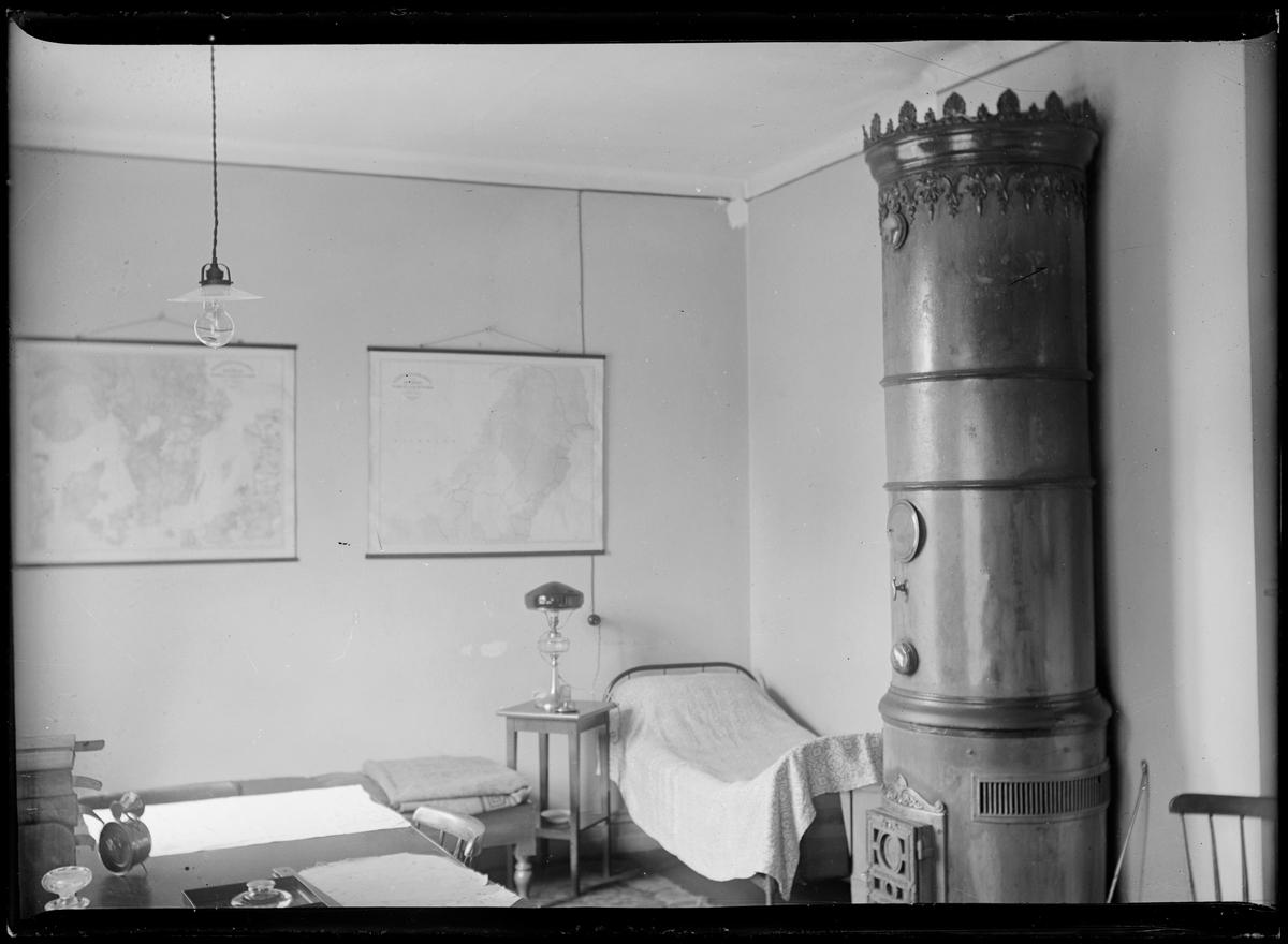 Interiörbild från överliggningshus för järnvägspersonal. Sovrum.