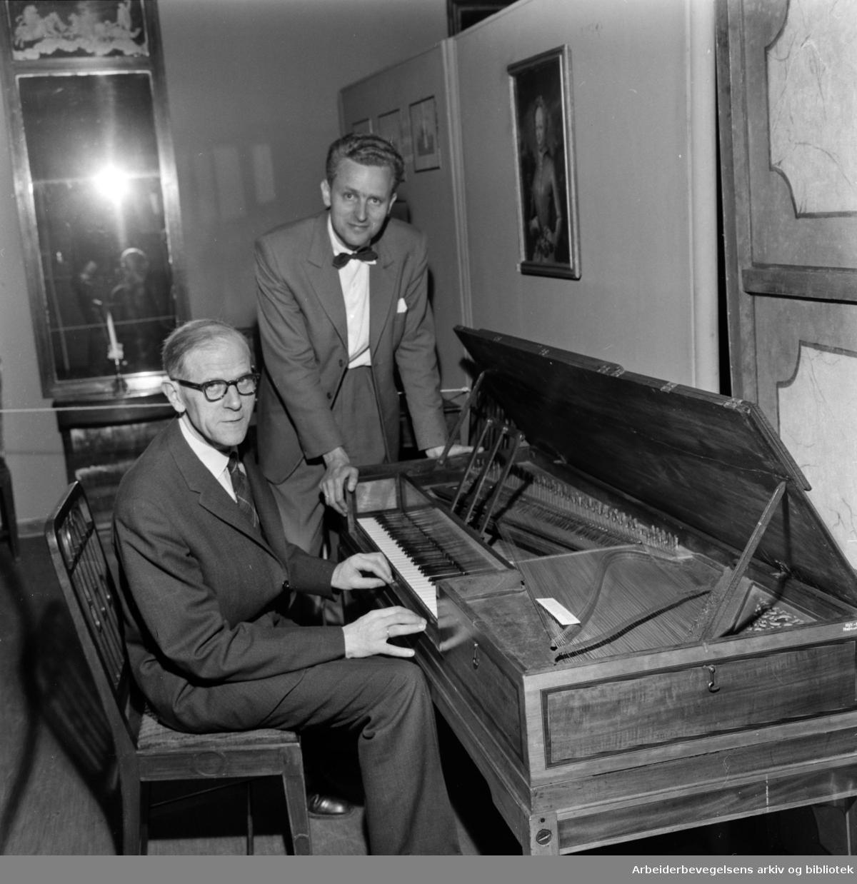 Bygdøy. Folkemuseet Agathe Backer-Grøndahls første klaver. Hammerklaver. Museumsdirektør Reidar Kjellberg og konservator Martin Blindheim. Mai 1960