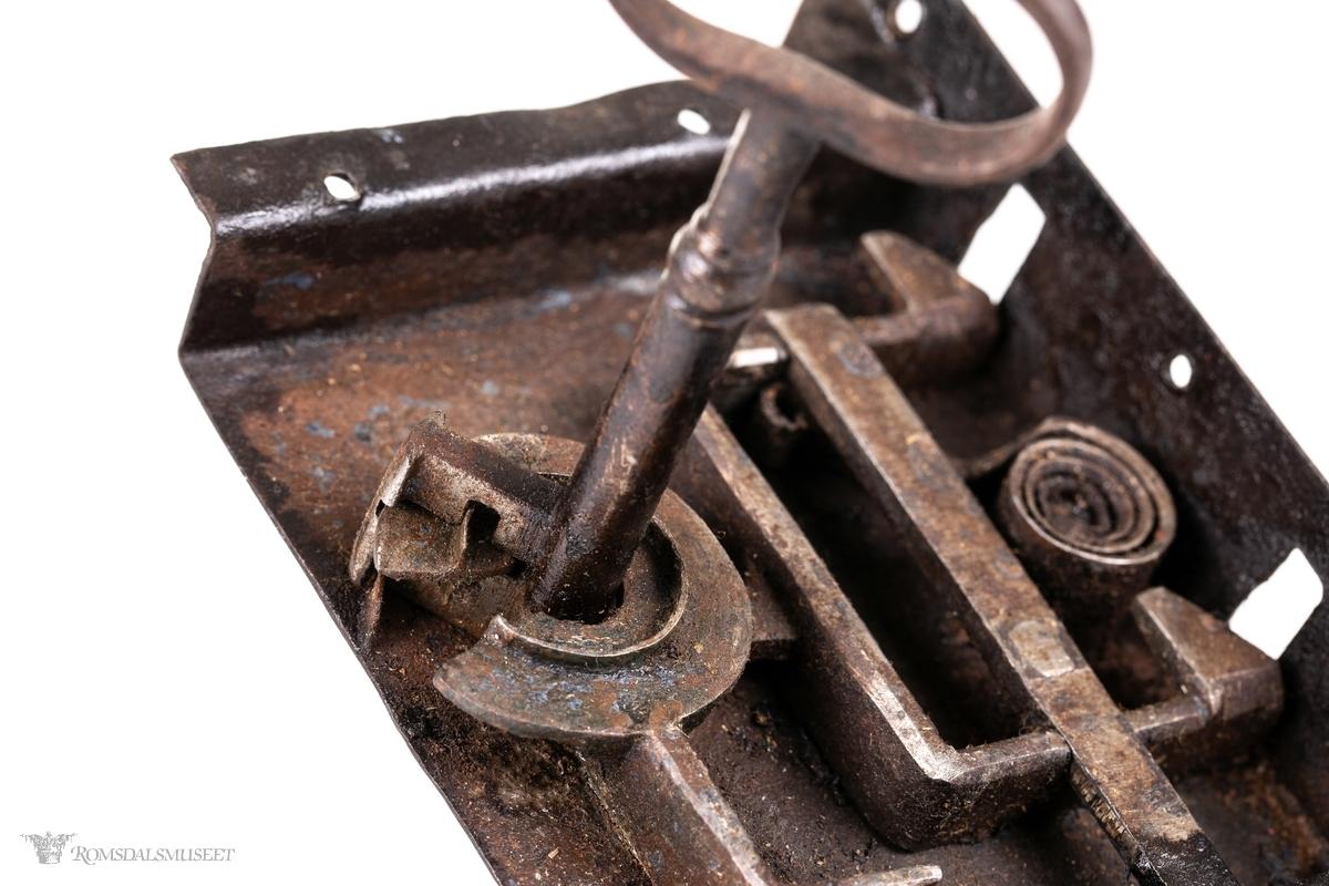 Smidd låskasse med nøkkel.