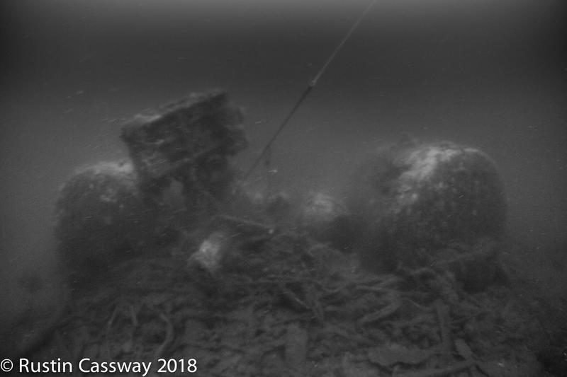 Uklart svart-hvitt bilde av dampkjeler på skipsvrak under vann. (Foto/Photo)