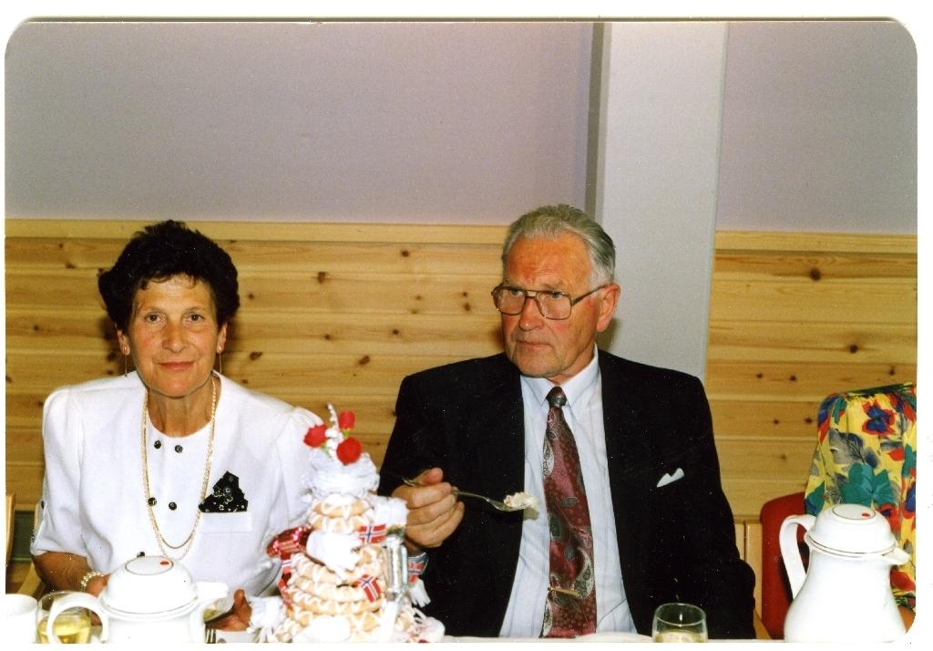 70-årsdagen til Anna Hinnaland f. Svalestad (25.7.1921 - 3.9.2003). Her saman med mannen Erik Hinnaland (9.2.1917 - 3.11.1998).