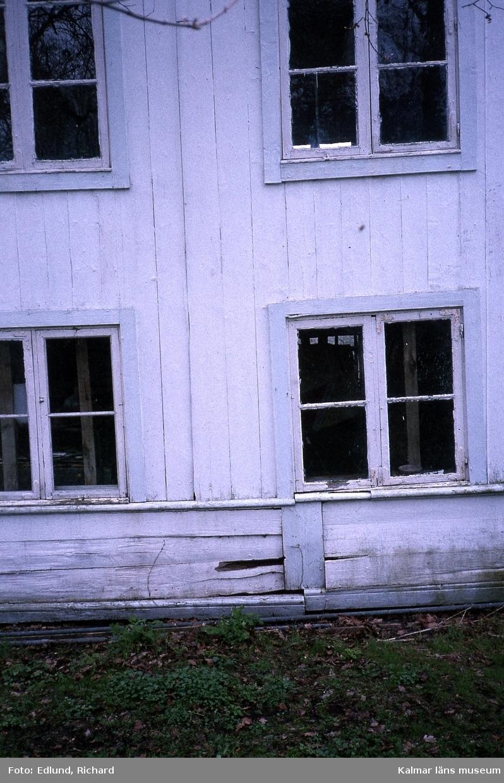 Del av byggnad med fönster.
