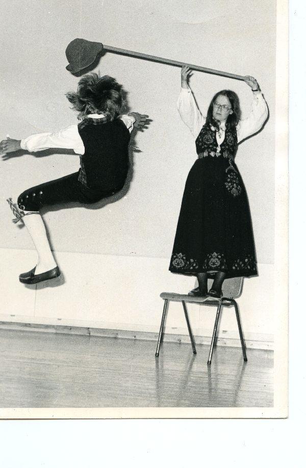 Elisabeth Kværne holder hatten og Kjell Erik Strand danser halling, klasse C. Jørnn Hilme-stevnet 1974