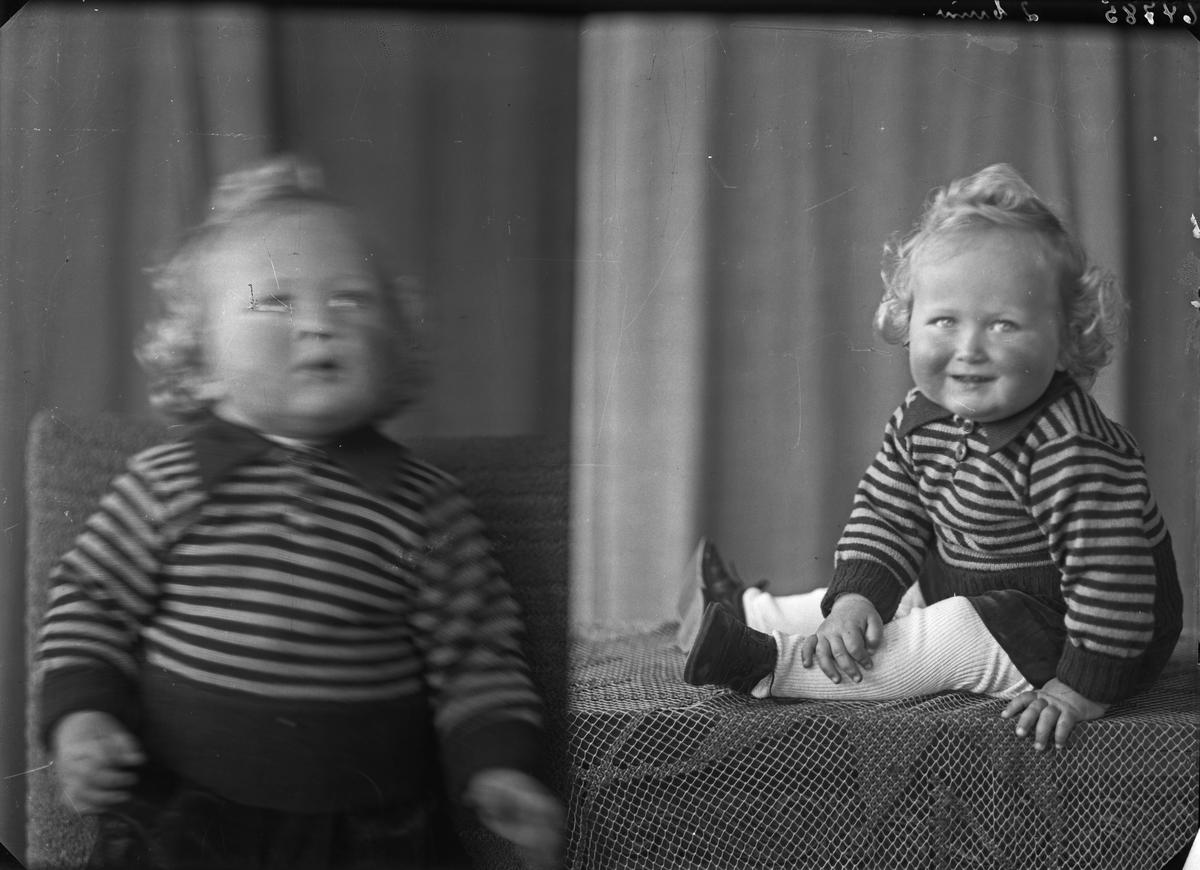 Portrett. Lyshåret gutt i stripet skjorte. Bestilt av Nils Emberland. Solvang