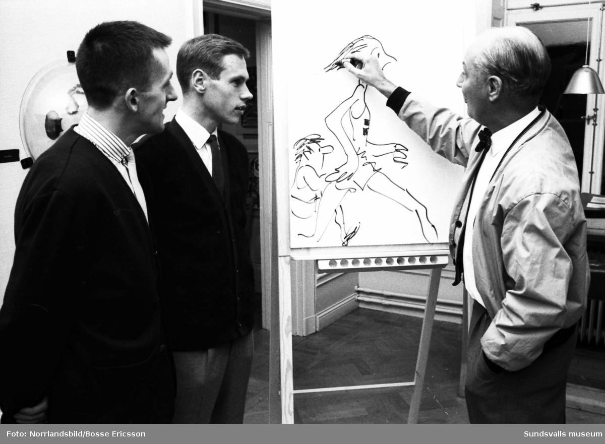 Jan-Erik Garland, signaturen Rit-Ola, tecknar sport-karikatyrer på Sundsvalls museum.