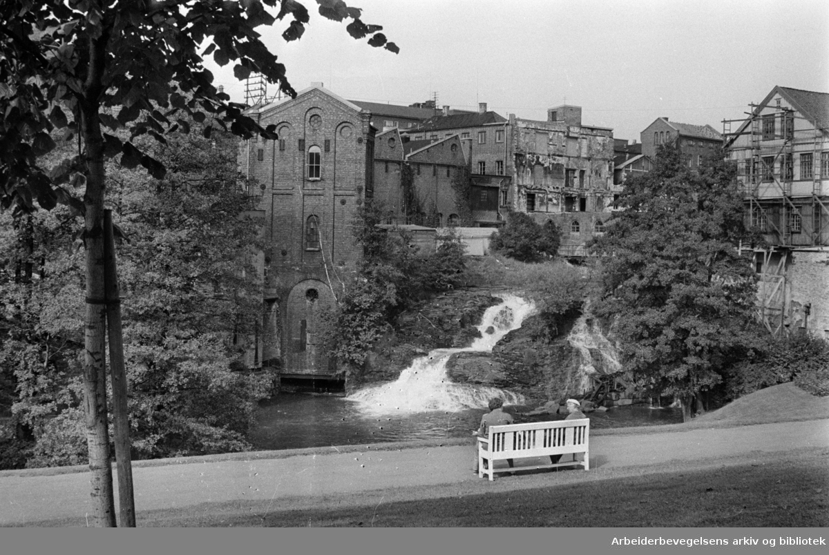 Akerselva. I bakgrunnen Hjula veveri. August 1961..