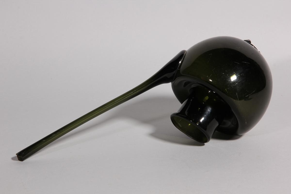 Hjälm, urnformad av grönt glas med lång pip.