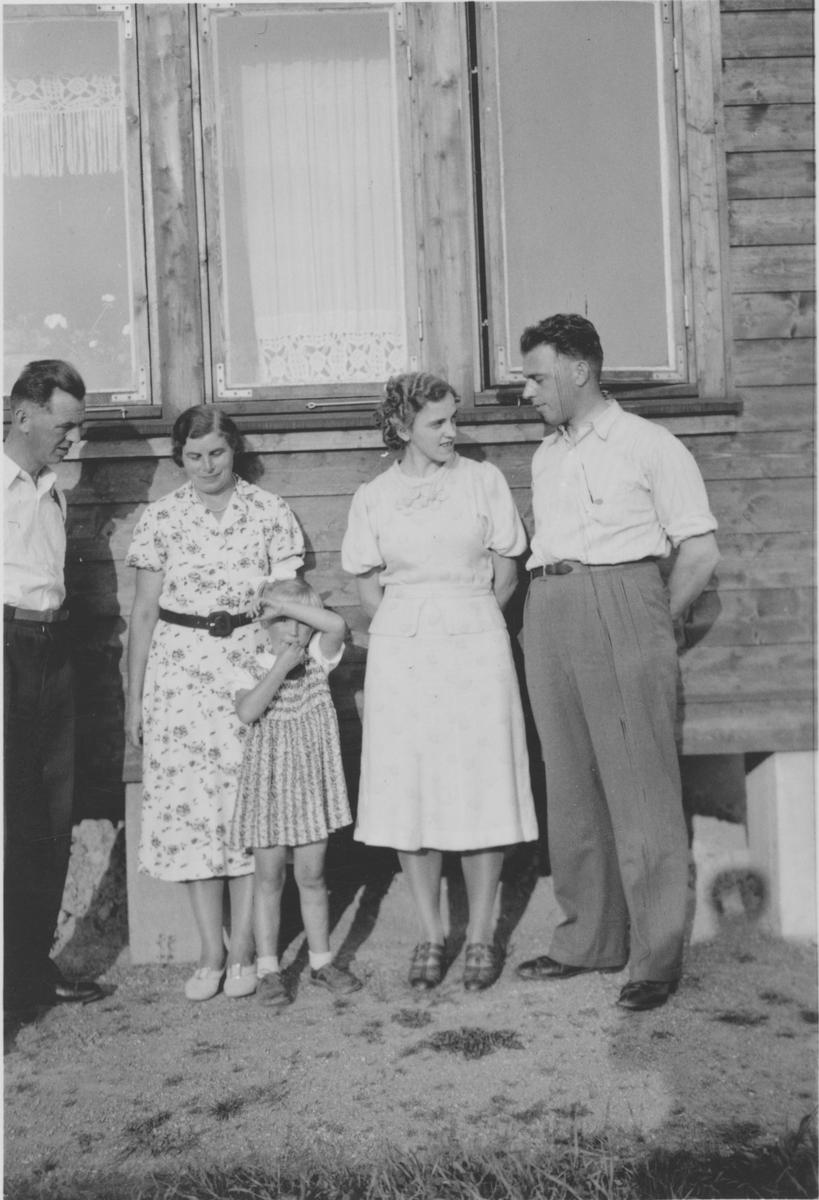 Gruppebilde. Gjerdrum ca. 1940-50. Fra høyre Kåre Kjærstad og Mary Nordengen (g. Kjærstad)