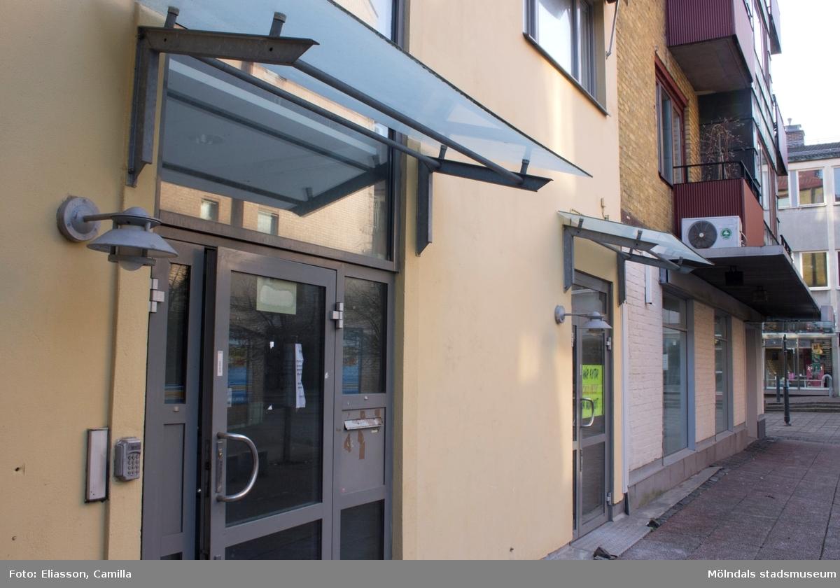 Bergmansgången (fastighet Havskatten 3) sedd från Brogatan, år 2015. Till höger ses hörnet Bergmansgången/Brogatan (f. Frölundagatan). Bild 3: Bjurfors. Bild 4: Entrédörrar. Dokumentation av platsen innan rivning och nybyggnation.