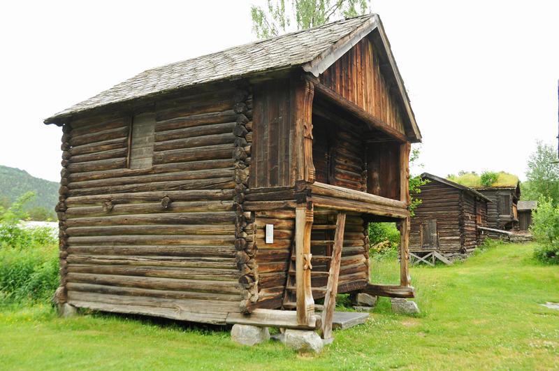 DET ELDSTE HUSET: Mellomalderloftet frå Uppigard Høve frå Øystre Slidre er bygd før 1350, er freda og er det eldste ikkje-kyrkjelege trehuset i Valdres i dag. Det vart oppsett på museet i 1946-1947.