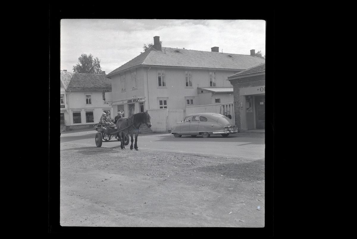 Moelv, hest og kjerre, personbil Nash 1949-51. K-408 (406?)