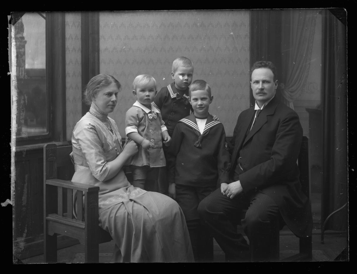 Stadsläkare Carl Idar med familj.