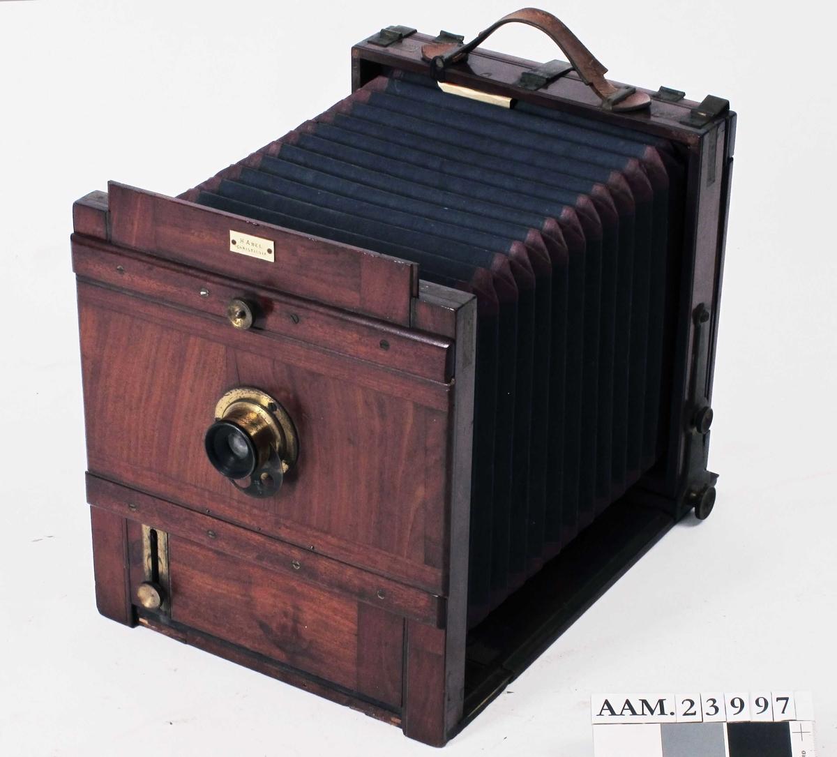 Kamera for glassplater, brukt av en profesjonell fotograf. Av tre, metall, glass.