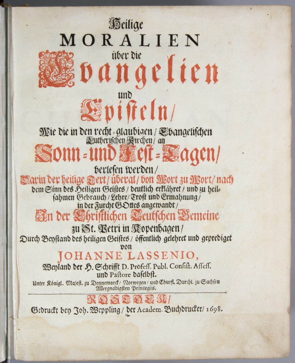 """Bok, helfranskt band """"Heilige Moralien über die Evangelien und Episteln""""   tryckt av Joh. Weppling i Rostock 1698.  Skinnband med fem upphöjda bind på ryggen, rester av etikett med till största delen utplånad text."""
