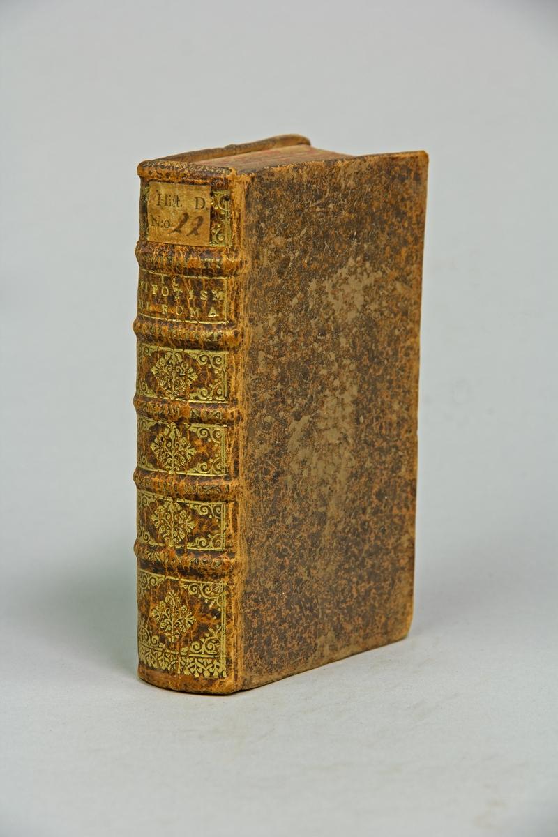 """Bok, helfranskt band, """"Il nipotismo di Roma"""", tryckt 1667.  Skinnband med blindpressad och guldornerad rygg i fyra upphöjda bind, titelfält med blindpressad titel samt påklistrad pappersetikett. Gulddekor även på bandet smalsidor. Med rödstänkt snitt."""