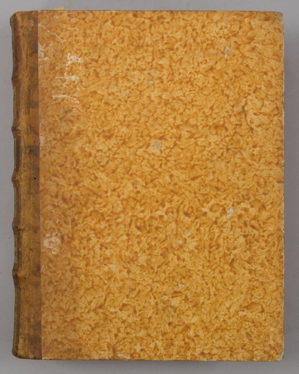 """Bok, """"Encyclopedie ou dictionnaire raisonne des sciences, des arts et des metiers"""" av Diderot och d`Alembert, utgiven 1778. Ny upplaga, vol. 33. Halvfranskt band med pärmar av papp med påklistrat marmorerat papper, rygg av skinn med fem upphöjda bind med guldpräglad dekor, blindpressad och guldornerad rygg, titelfält med blindpressad titel och ett mörkare fält med volymens nummer. Med rött snitt. Påklistrad etikett märkt med bläck """"No 1."""""""