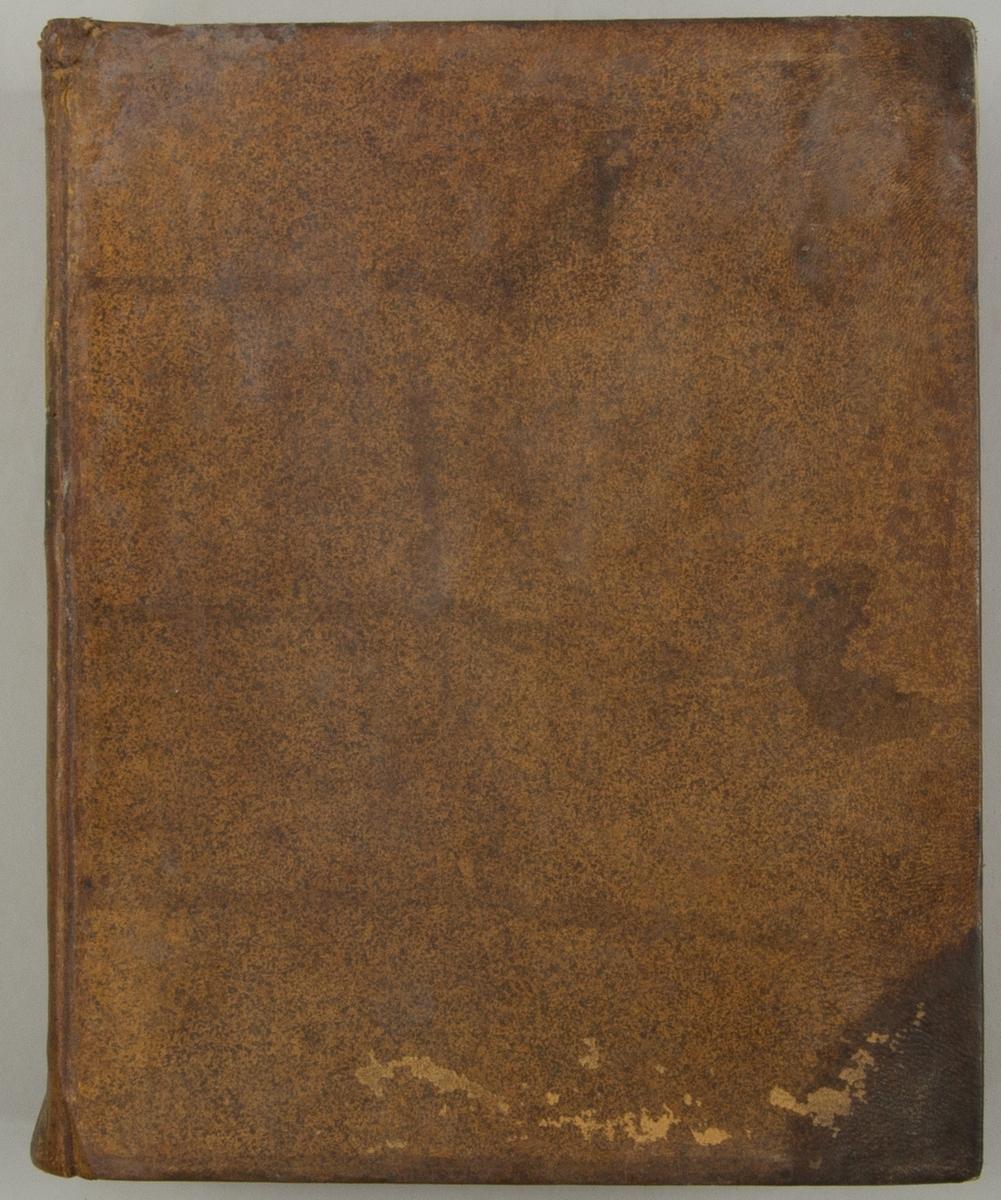 """Bok, helfranskt band """"Descriptions des arts et métiers"""" ny upplaga, vol. VII, med planscher i kopparstick, utgiven av J.E. Bertrand och tryckt i Neuchatel 1777.   Skinnband med blindpressad och guldornerad rygg, titelfält med blindpressad titel och ett mörkare fält med volymens nummer. Pärmens insida klädd med marmorerat papper. Med rött snitt. Påklistrad etikett märkt med bläck """"No 3."""""""