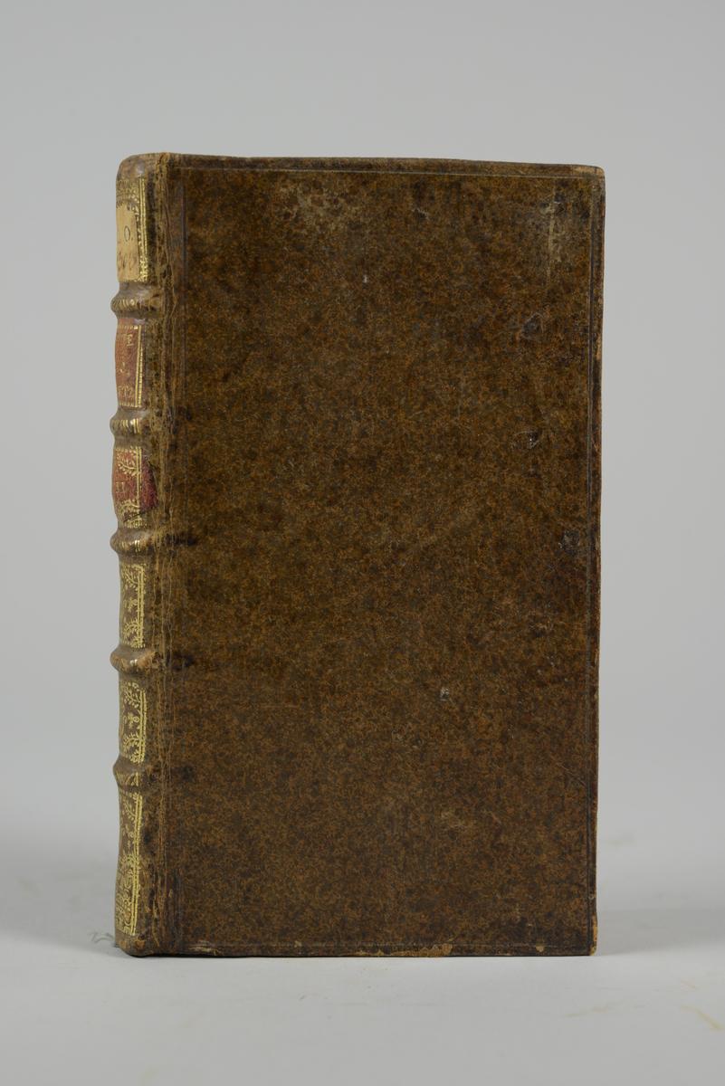 """Bok, helfranskt band, """"Memoires de M. Joly... suite aux memoires de M. de Retz"""" del II, tryckt i Rotterdam 1718. Skinnband med blindpressad och guldornerad rygg  i fem upphöjda bind, titelfält med blindpressad titel och fält med volymens nummer samt påklistrad pappersetikett. Marmorerade försättsblad, rödstänkt snitt."""
