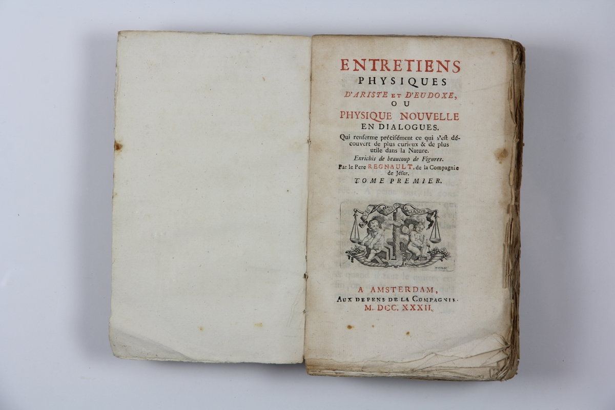 "Bok, pappband, ""Entretiens physiques d'Ariste et d'Eudoxe, ou Physique nouvelle en dialogues"", del 1, utgiven i Amsterdam 1732. Med planscher i kopparstick. Marmorerat band med blekt rygg, blekt titelpåskrift ( svårläst) och klistrade etiketter med volymens nummer. Skurna snitt."