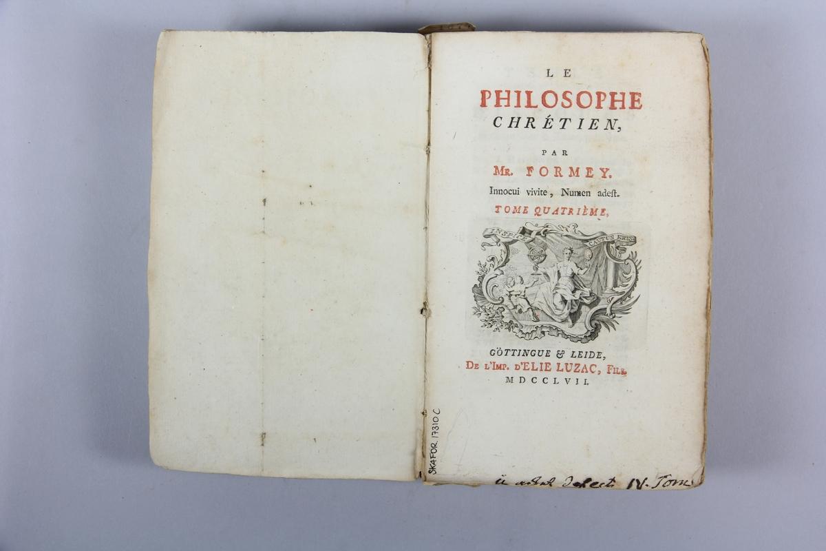 """Bok, pappband: """"Le philosophe chrétien"""", del I, skriven av Formey, tryckt i Leiden 1752. På ryggen klistrad pappersetikett med titel, samlingsnummer samt etikett med volymens nr.  Pärmen klädd med blekt gråblått papper. Med oskurna snitt."""