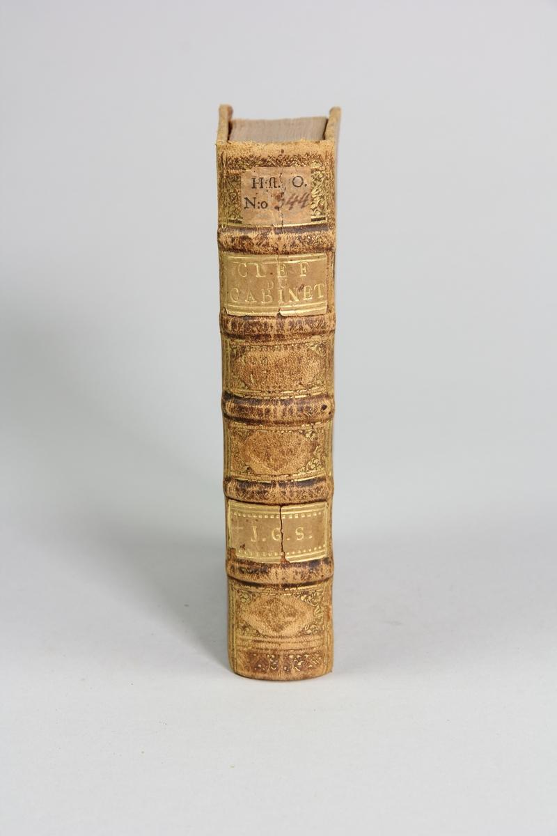 """Bok, helfranskt band """"La clef du cabinet des princes de l´Europe"""", del 57, tryckt i Luxemburg 1732. Skinnband med blindpressad och guldornerad rygg i fem upphöjda bind, titelfält med blindpressad titel,  fält med volymens nummer (utplånat), fält med ägarens initialer samt påklistrad pappersetikett. Med rödstänkt snitt."""