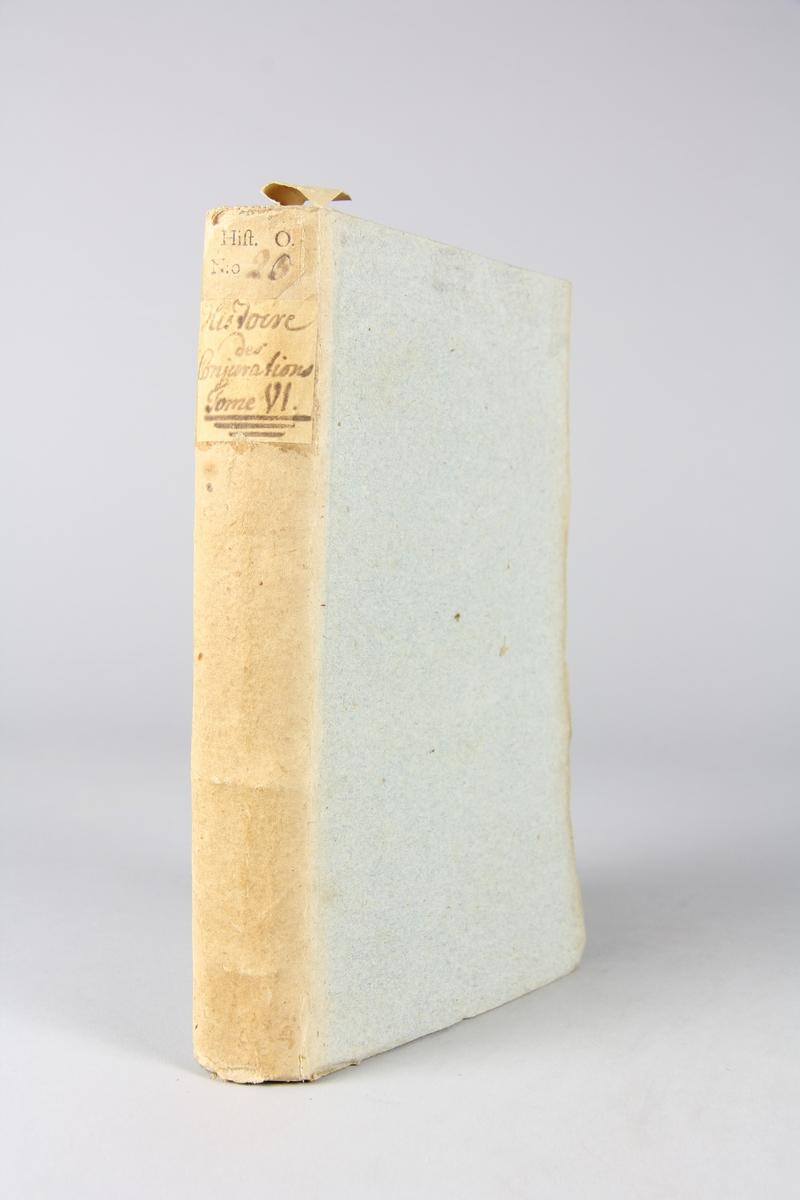 """Bok """"Histoire des conjurations, conspirations et revolutions célèbres"""", del 6, skriven av Duport-Dutertre, tryckt i Paris 1756. Pärmar av gråblått papper, oskuret snitt. Blekt rygg med etikett med titel och samlingsnummer."""
