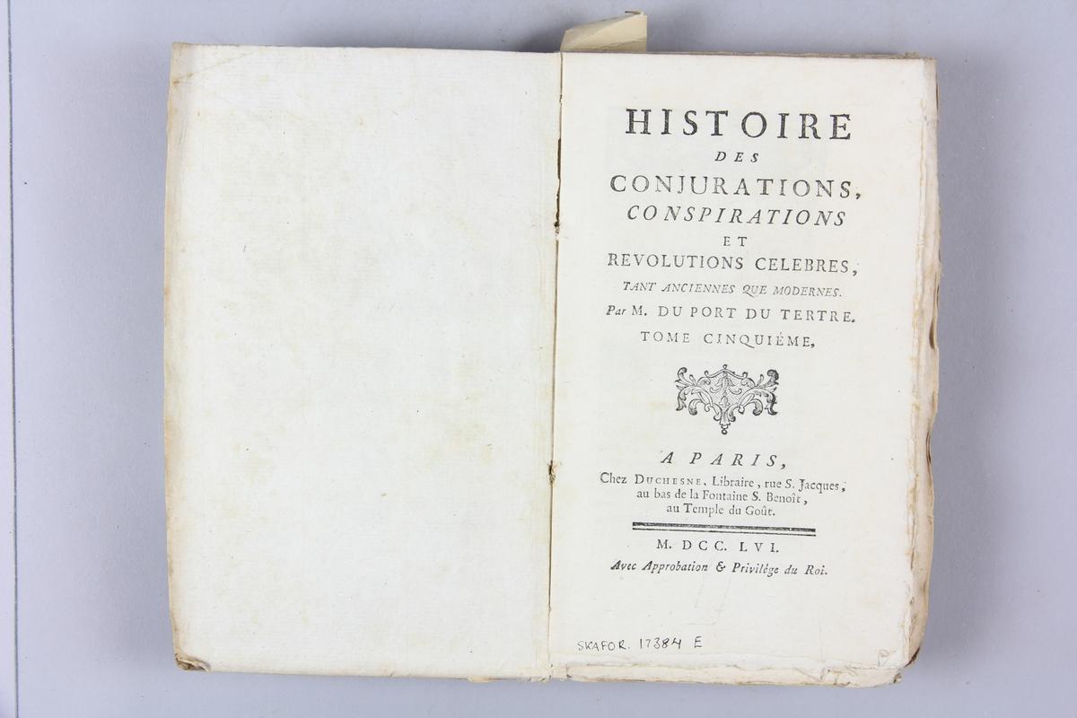 """Bok """"Histoire des conjurations, conspirations et revolutions célèbres"""", del 5, skriven av Duport-Dutertre, tryckt i Paris 1756. Pärmar av gråblått papper, oskuret snitt. Blekt rygg med etikett med titel och samlingsnummer."""