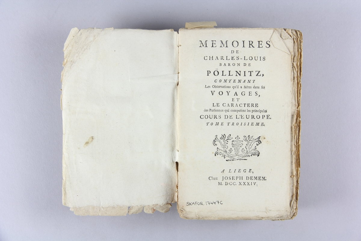 "Bok, häftad, ""Nouveau mémoires de Charles-Louis Baron de Pöllnitz"", del 3. Pärm av marmorerat papper, oskuret snitt."