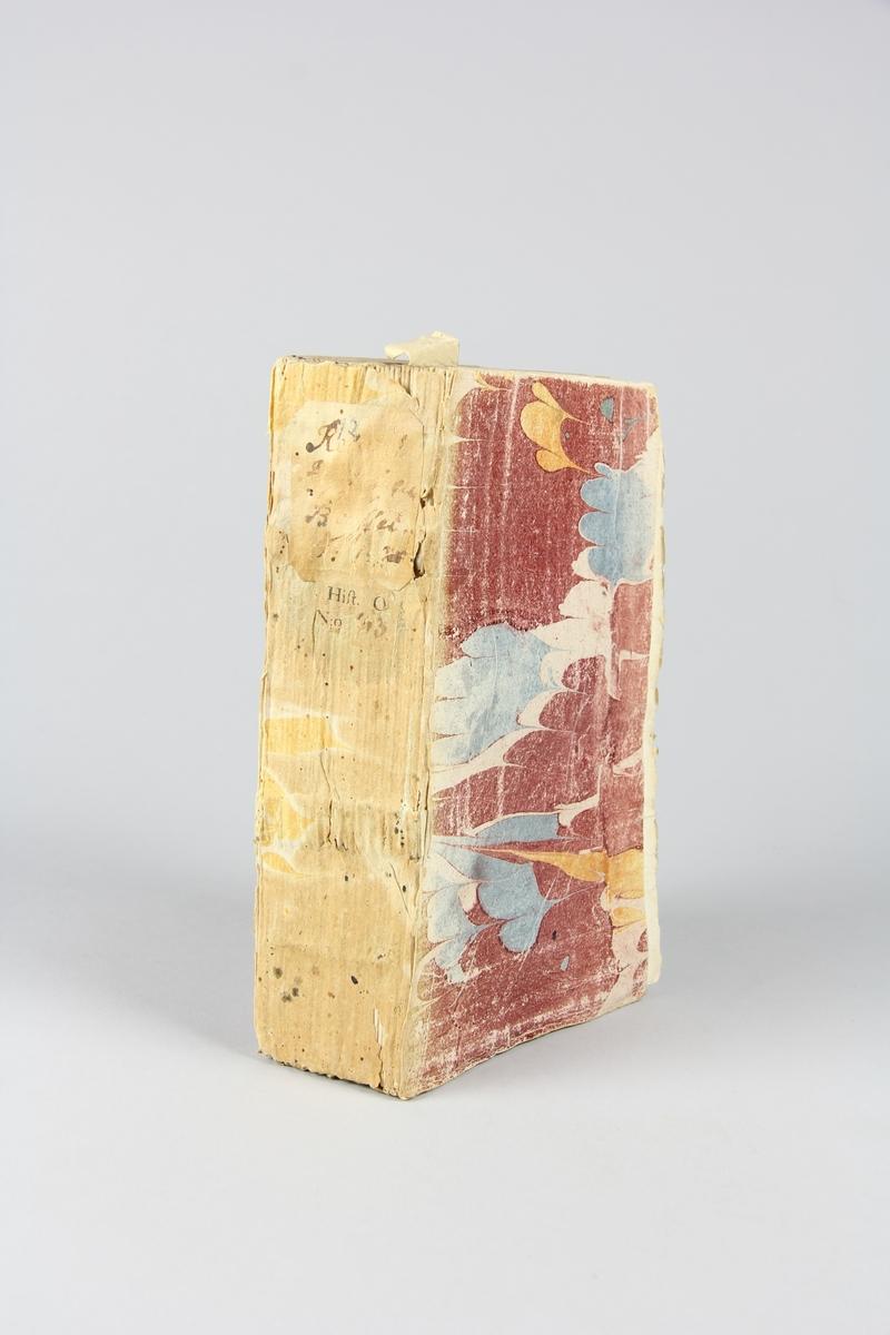 """Bok, häftad, """"Recueil historiques...depuis la paix d´Utrecht"""", del 12, tryckt 1739 i Haag. Pärm av marmorerat papper, oskuret snitt. Blekt rygg med etikett med titel och samlingsnummer. Anteckning om inköp."""