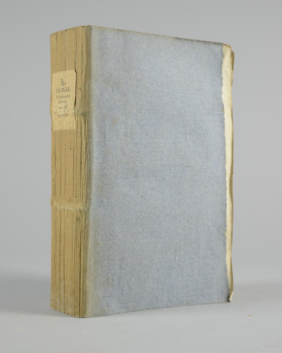 """Bok, häftad,""""Oeuvres complètes de Voltaire, Receuil de lettres 1744-1752"""", del 54, tryckt 1785. Pärmen av gråblått papper, på pärmens insidor klistrade sior ur annan bok. Med skurna snitt. På ryggen pappersetikett med tryckt text med volymens namn och nummer. Ryggen blekt."""