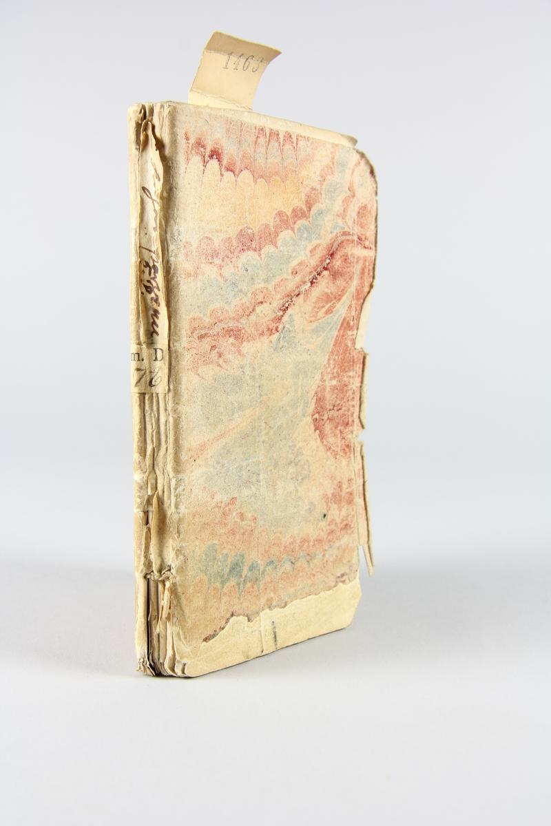 """Bok, häftad """"Le paysan parvenu, ou les mémoires de M***"""", del 5, skriven av Marivaux, tryckt 1735 i Amsterdam. Pärmen av marmorerat papper, oskuret snitt. På ryggen etikett med titel och samlingsnummer."""