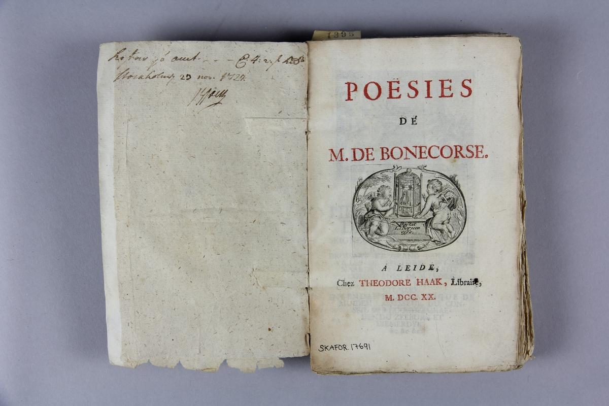 """Bok, häftad, """"Poésies de M. de Bonecorse"""", tryckt i Leiden 1720. Pärm av marmorerat papper, oskurna snitt. På ryggen klistrad pappersetikett med samlingsnummer. Ryggen blekt och skadad. Anteckning om inköp."""