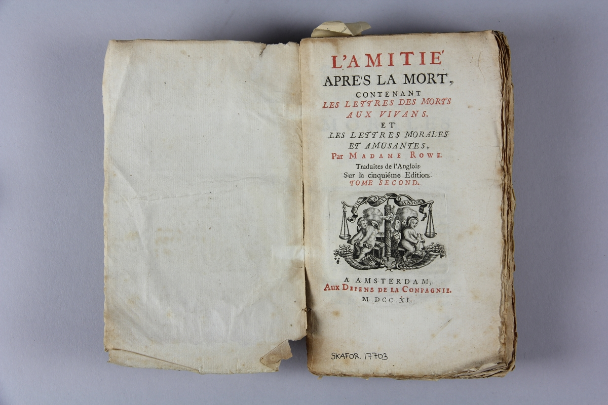 "Bok, häftad, ""L'amitié après la mort, contenant les lettres des morts aux vivans"", del 2, tryckt 1740 i Amsterdam. Pärm av marmorerat papper, oskuret snitt. Skadad rygg."